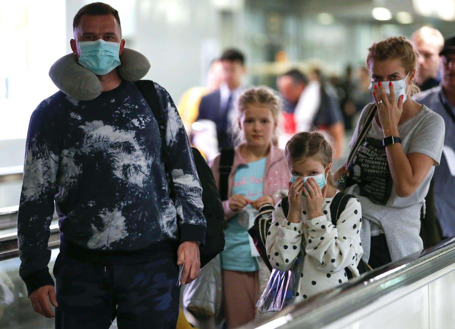 Corona virus mensen met mondkapje